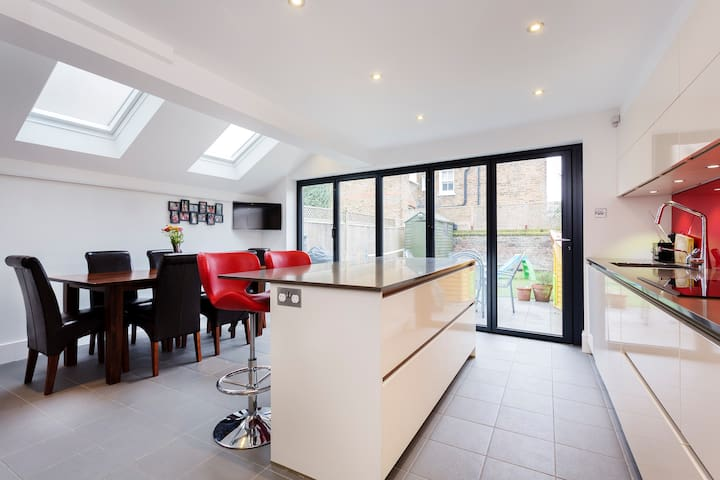 Up to 20% off! Stylish family home in Chiswick - Londen - Huis