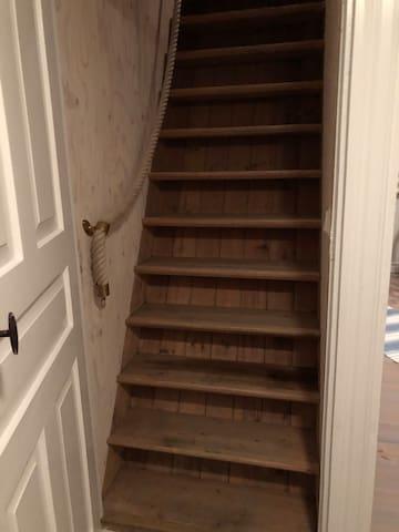 Brant trappa till övervåningen.