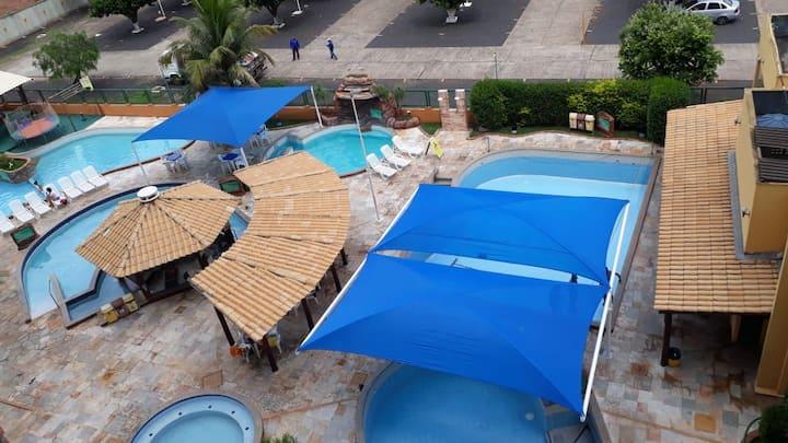 Flat em condomínio com piscinas
