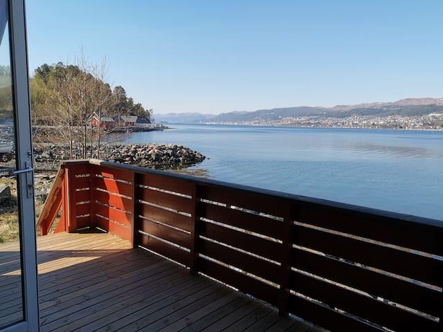 Sjønær hytte med flott utsikt over Molde by.
