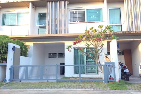 Townhouse suitable for traveler who rent car. - Bangkok - Townhouse