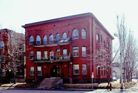 Handsome Updated Victorian Apartment Near Downtown - Minneapolis - Apartmen