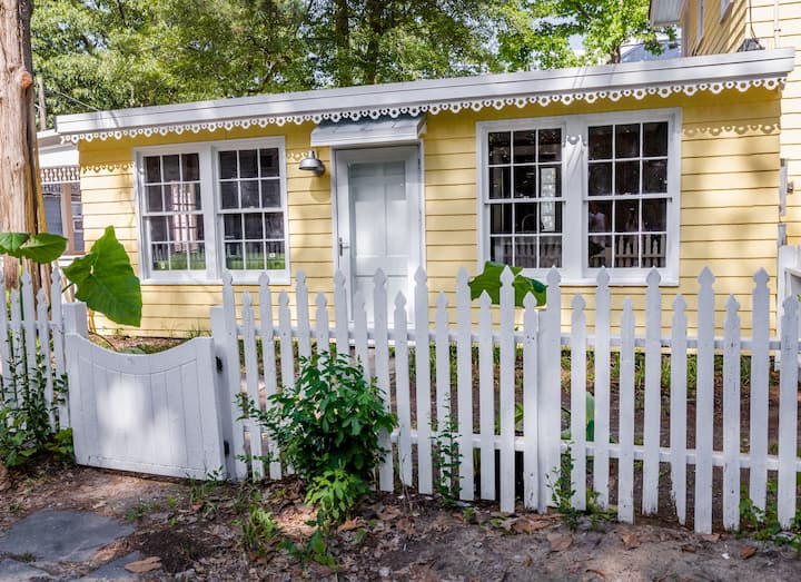Cozy Beach Bungalow, Just Steps From The Beach!!