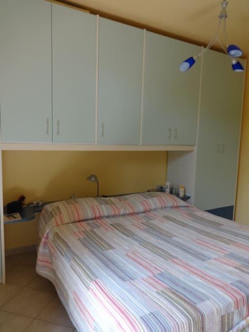 La camera da letto con letto a due piazze