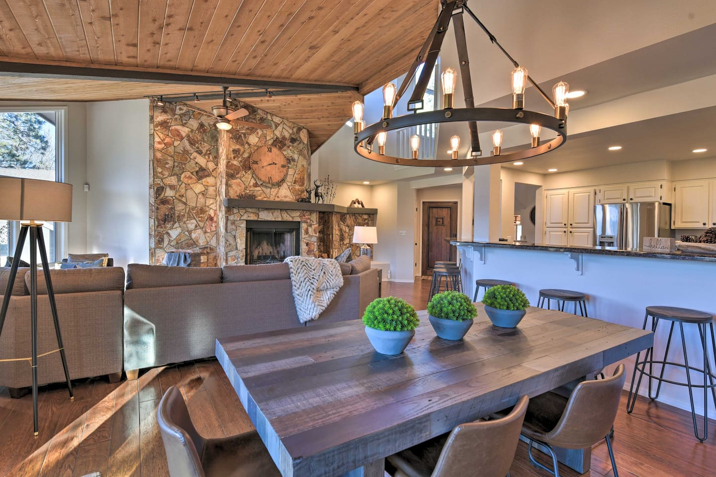 A luxurious & cozy retreat awaits in this fully remodeled vacation rental cabin.