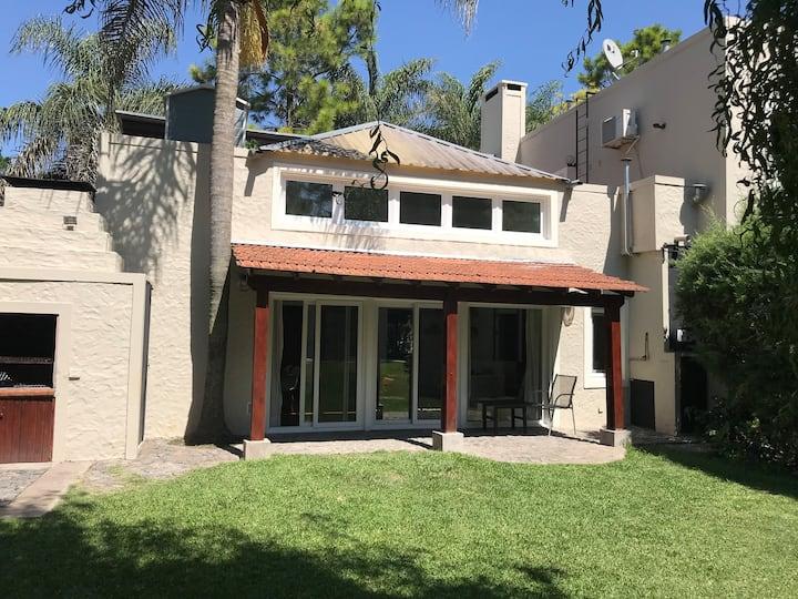 Casa con parque y pileta en San Carlos country .