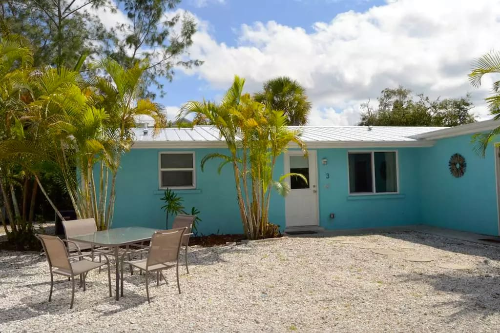 6 bedroom villa located on Siesta Key - walking distance to beach, bars, shops