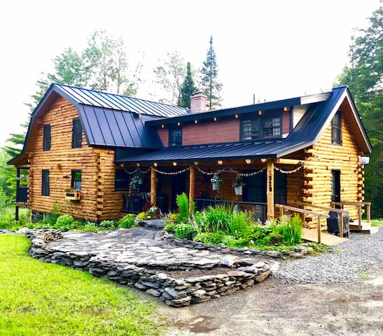 Enchanting Stowe Log Cabin & Barn on 5 acres