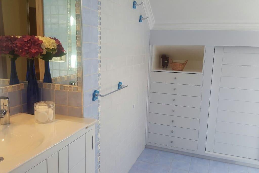 Baño compartido por dos habitaciones únicamente dado que el resto de habitaciones dispone de baño privado. The bathroom is shared between 2 bedrooms, the third bedroom on this floor has their own bathroom.