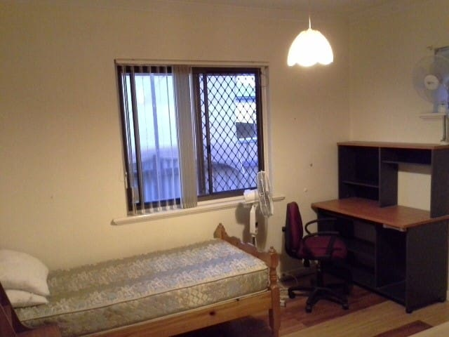 Room closed to Perth city - 20 mins drive/bus - Dianella - Casa