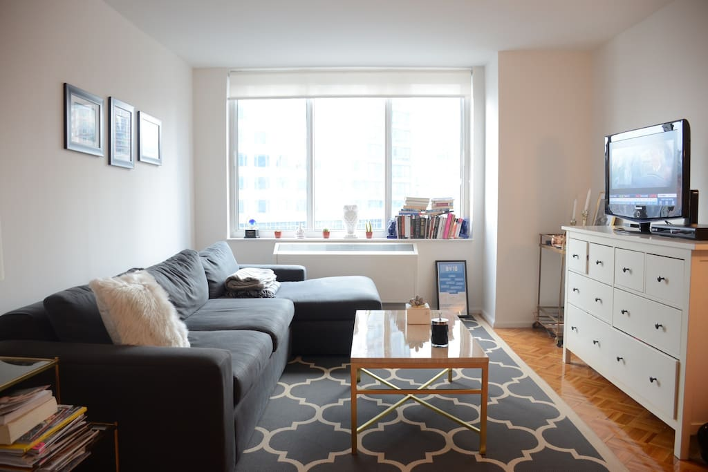 27th floor spacious apartment with views of Manhattan, cable television, wifi and comfy feel.