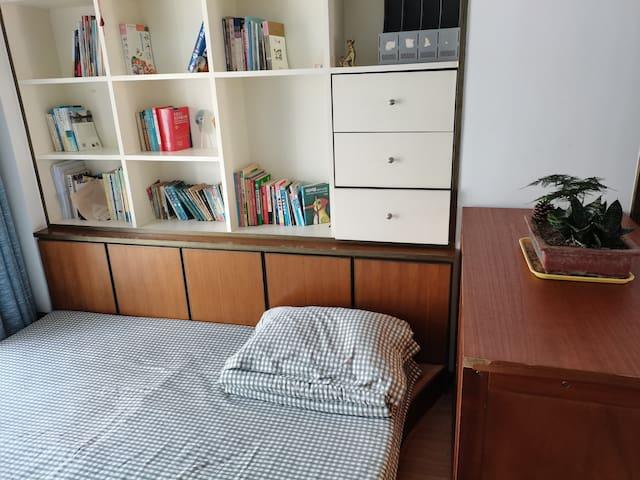 踏踏米屋书房,配有1.8米大床垫,矮柜,衣架,空调,晒衣阳台