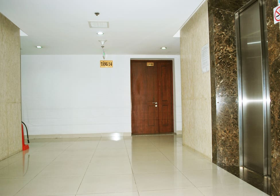 Entrance to the 14th floor apartment.(14.06)