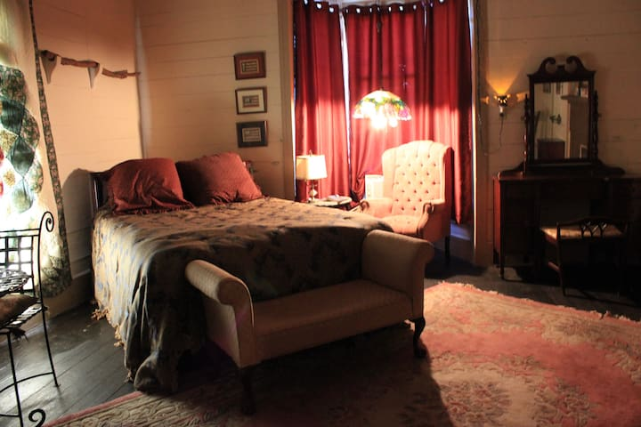 Weiss Lake Bed and Breakfast - Civil War Room