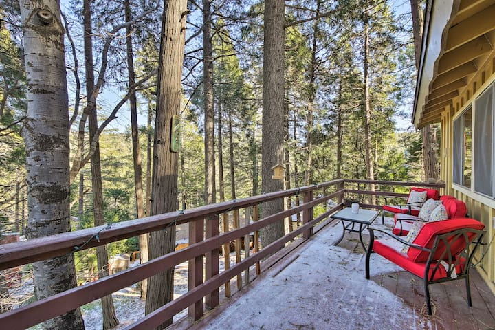 NEW! Rustic Cabin w/3 Decks-5mins to Lake Gregory!