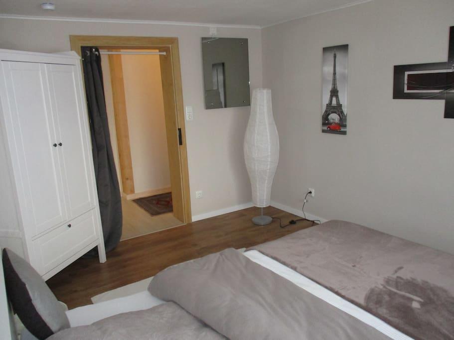 Schlafzimmer1. Statt Türen gibt es blickdichte Thermovorhänge