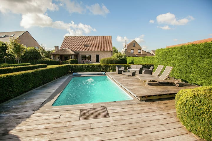 Beautiful villa with heated swimming pool with jet stream, in the village of Aartrijke