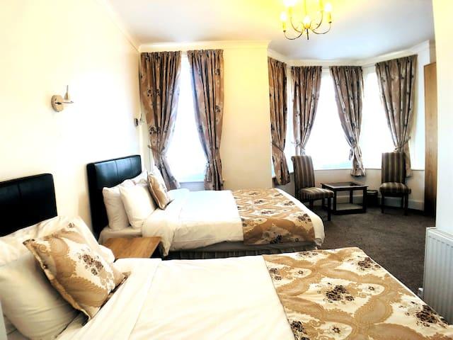 Twin Bedroom with en-suite bathroom
