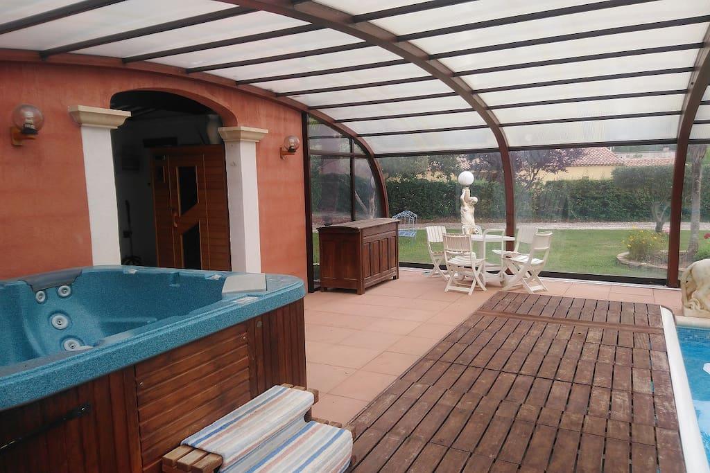 Jacuzzi couvert et sauna utilisable à l'année...