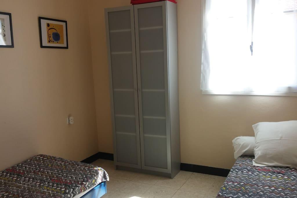 Chambre avec deux lits de 90cm.