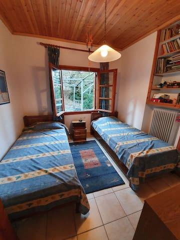 Υπνοδωμάτιο με 2 μονά κρεβάτια