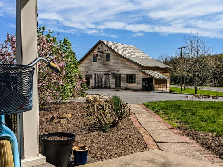 Carriage House on Historic Property in Mntrsvl