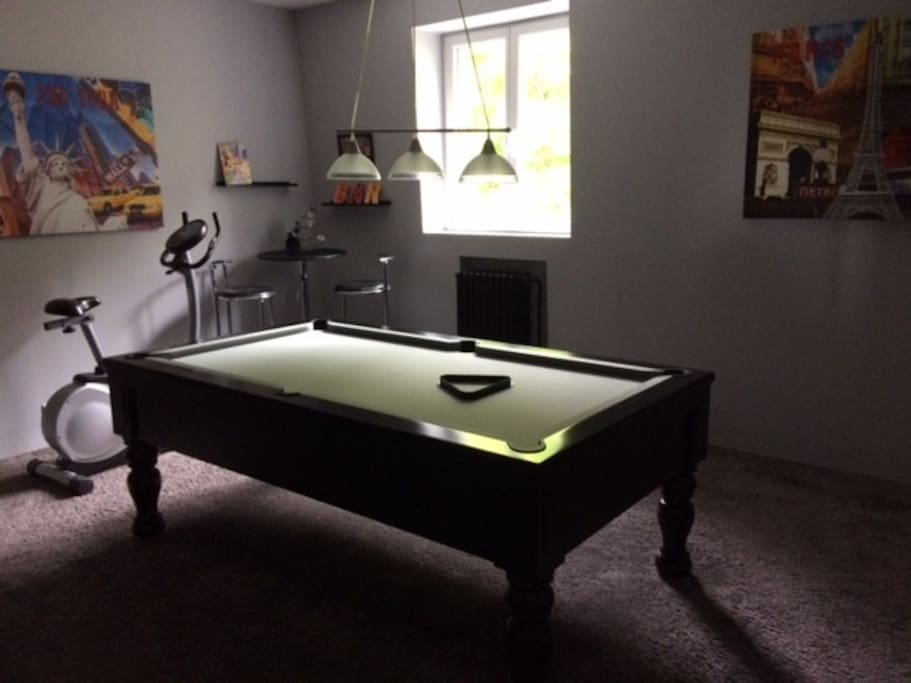 Salle de billard accessible