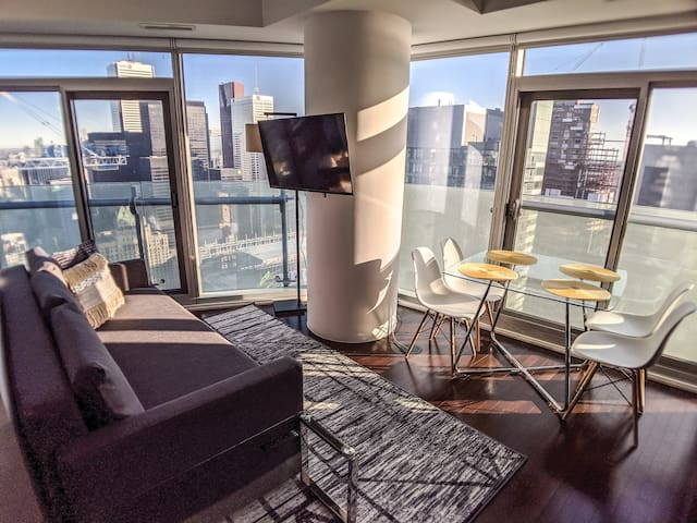 Luxurious Corner Unit with Panoramic Views of the City