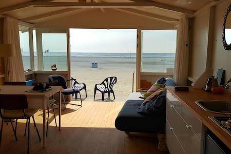Strandhuisje OP het grote strand IJmuiden - IJmuiden