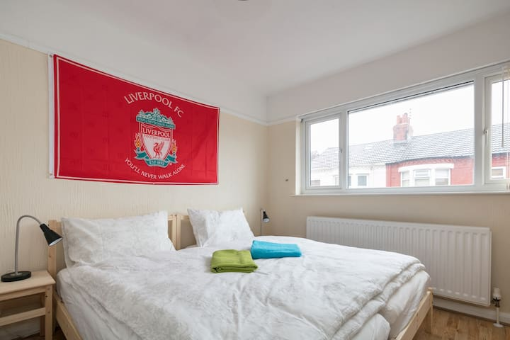 LFC-room for a couple +extra bed or 3 single beds - Liverpool - Dům