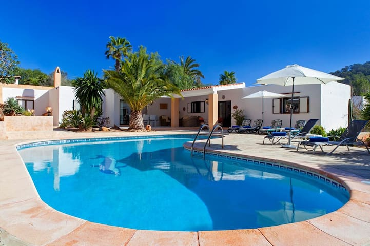 Villa Porroig for 6 guests, only 2km from beautiful Ibiza beaches! Catalunya Casas