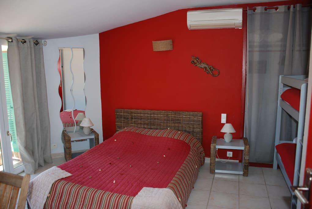 le sud 4 chambres d 39 h tes louer hy res provence alpes c te d 39 azur france. Black Bedroom Furniture Sets. Home Design Ideas