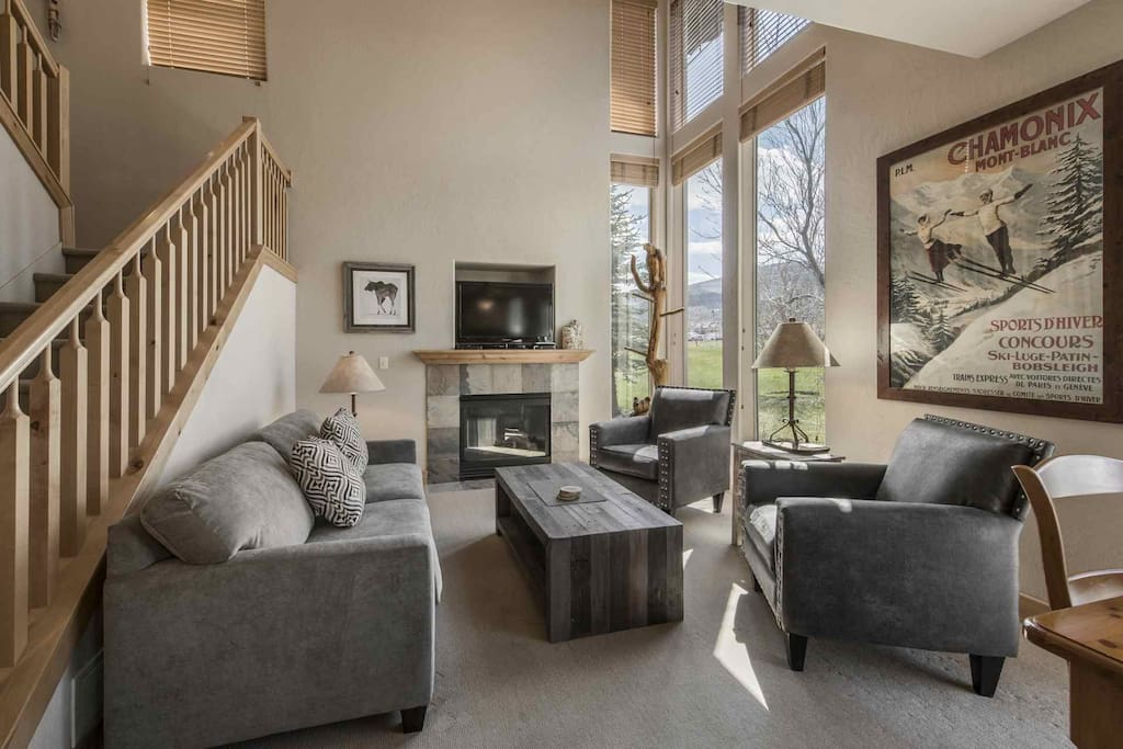 The living room is large, open and bright with it's vaulted ceilings, floor to ceilings windows, vintage ski décor and modern mountain furniture.