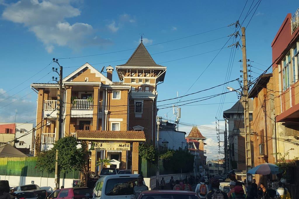 vue d'ensemble du quartier d'Antaninandro avec la mairie du 3ème et le renommé Hotel les 3 Métis, les deux respectivement à 10 et 20 mètres de l'appartement