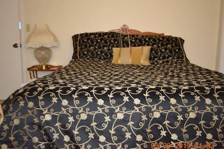Quality Vintage Room in Artsy Eichler Home