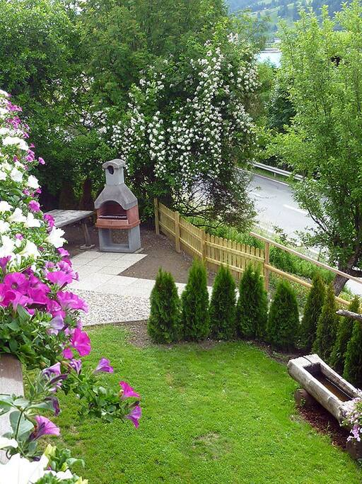 Communal BBQ area & private guest entrance