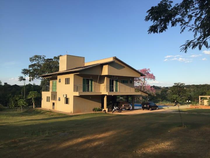 Quarto amplo em Casa perto Campus II -UFG
