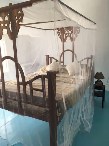 Guest room, zanzibar bed