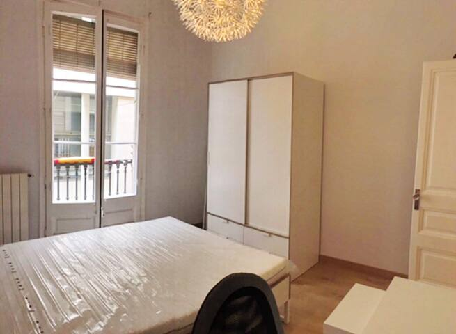 BRIGHT LARGE DOUBLE ROOM WITH BALCONY IN CENTER.