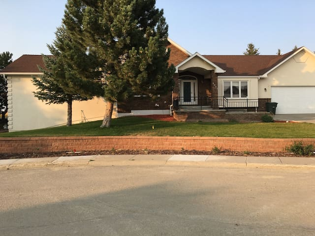 Quiet and Spacious Home Near Golf Course