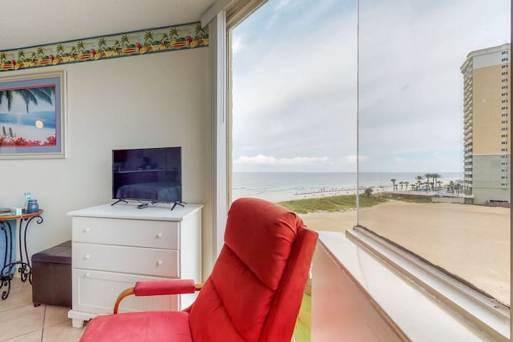 Top of the Gulf studio by the sand w/shared pools & sun deck - snowbirds welcome