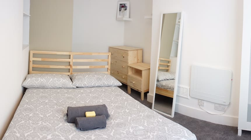 Room in Kings Cross with private toilet and shower