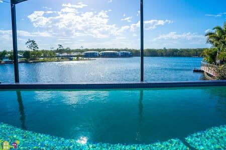 Lakeside Indulgence - Coombabah - Casa