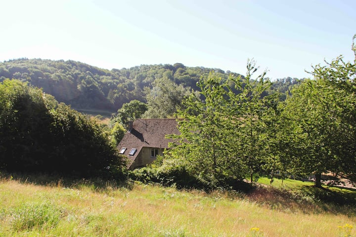 Over Court rural house in private Cotswold valley