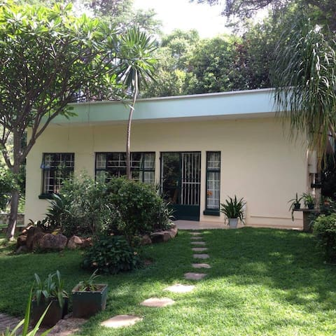 Self contained cottage - Bulawayo - บ้าน