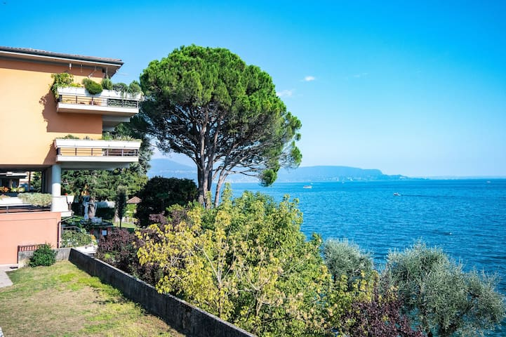 Beautiful Le Rose Apartment with Garden, Lake View & Wi-Fi