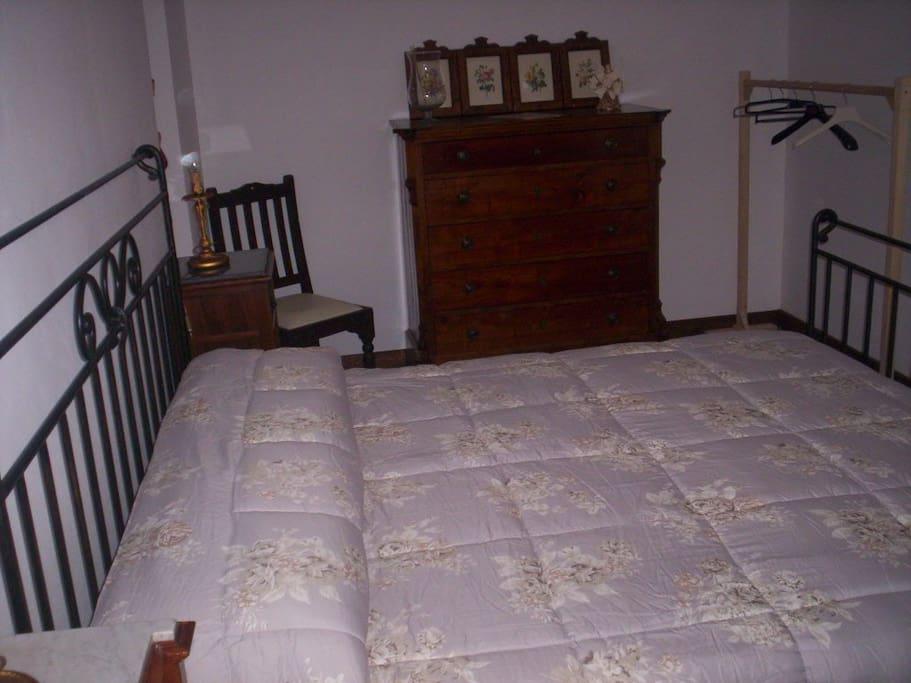 camera da letto matrimoniale con vista montagna