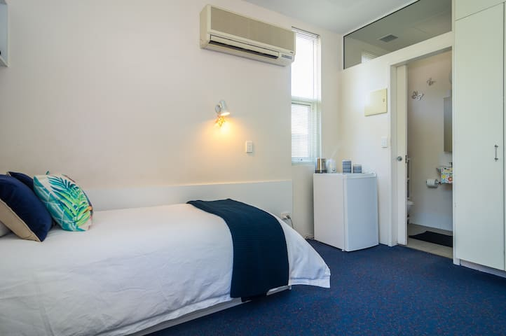 Private room with ENSUITE. Close to Adelaide Oval
