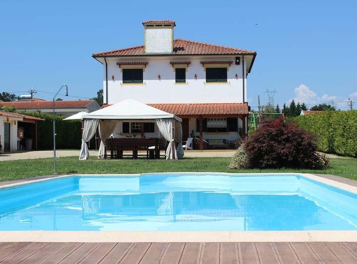 Excelente moradia com piscina perto de Guimarães