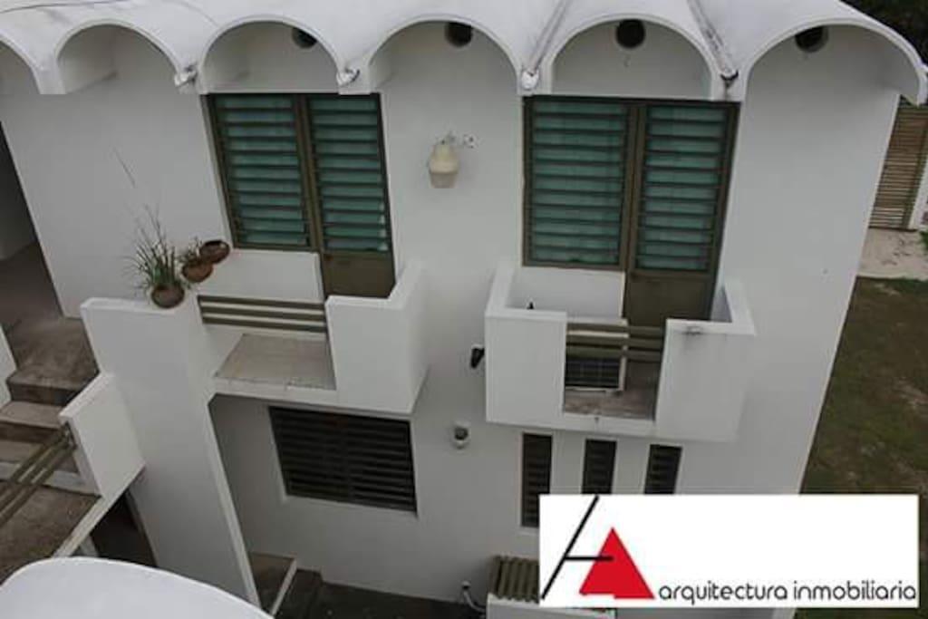 En planta alta algunos departamentos  cuentan con balcones a patio interior o a la calle